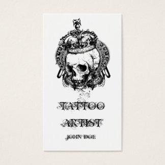Cráneo con el artista del tatuaje de la corona tarjeta de negocios