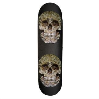 Cráneo con la talla céltica del nudo tabla de patinar