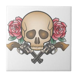 cráneo con los armas y las flores del vintage azulejo de cerámica