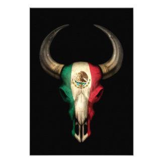 Cráneo de Bull de la bandera mexicana en negro Comunicado