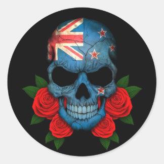 Cráneo de la bandera de Nueva Zelanda con los rosa Etiqueta Redonda