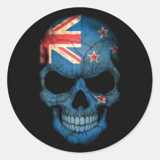 Cráneo de la bandera de Nueva Zelanda en negro Etiqueta Redonda