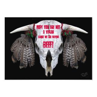Cráneo de la vaca e invitación de las plumas