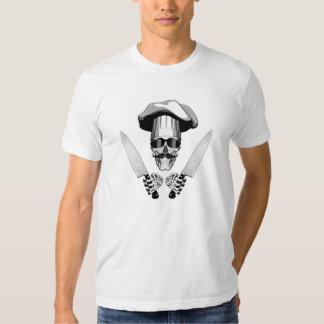 Cráneo del cocinero con los cuchillos del cocinero camiseta