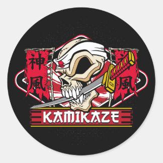 Cráneo del kamikaze con la espada japonesa pegatina redonda