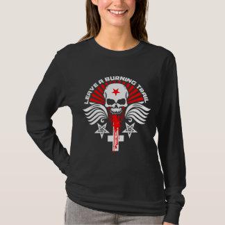 Cráneo del motorista y emblema satánicos de las camiseta