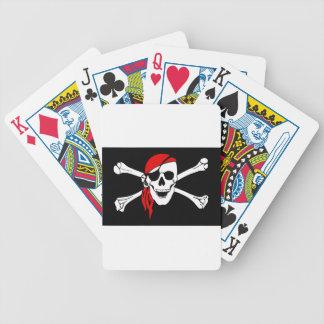 Cráneo del pirata y bandera de la bandera pirata baraja de cartas bicycle