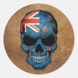 Cráneo envejecido y llevado de la bandera de Nueva Pegatinas Redondas