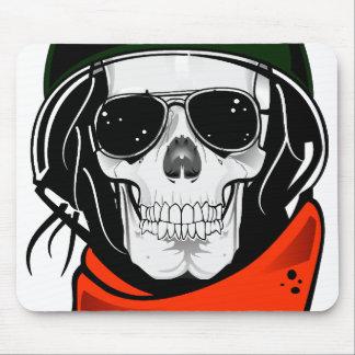 cráneo fresco con las gafas de sol y el casco alfombrilla de ratón