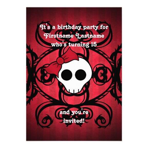 Cráneo gótico lindo en el cumpleaños rojo y negro  comunicados personalizados