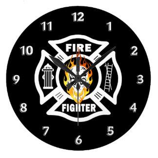 Cráneo llameante del bombero reloj redondo grande