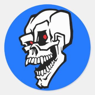 Cráneo malvado blanco con los ojos rojos etiquetas redondas