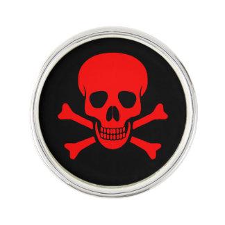 Cráneo rojo y bandera pirata pin