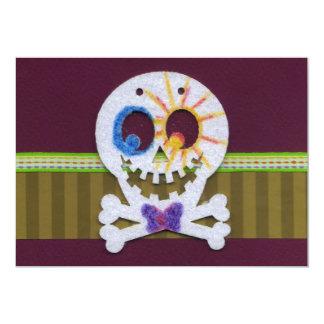 Cráneo sonriente y bandera pirata del feliz invitación 12,7 x 17,8 cm