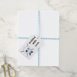Cráneo y agujas que hacen punto (pajarita) etiquetas para regalos