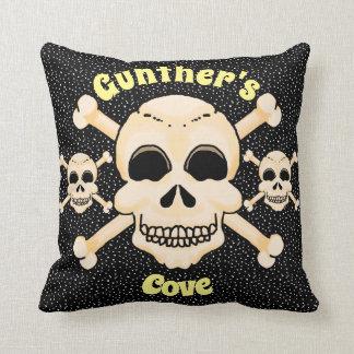 Cráneo y almohada cuadrada de la bandera pirata