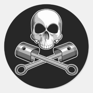 Cráneo y pistones cruzados etiqueta redonda