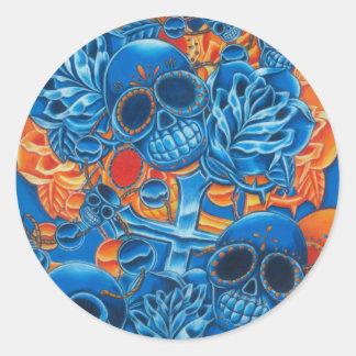 Cráneos azules y anaranjados etiquetas redondas