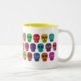 Cráneos del azúcar del hombre y de la mujer taza de café