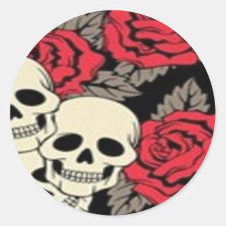Cráneos y pegatina redondo de los rosas