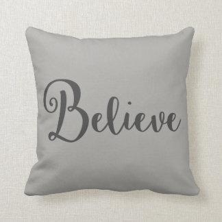 """Cojín Decorativo """"Crea"""" el texto en gris oscuro en la almohada gris"""