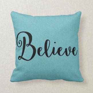 """""""Crea"""" el texto en negro en la almohada azul"""