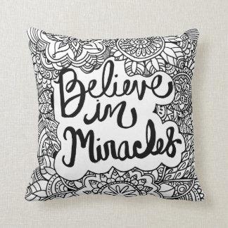 Crea en almohada de la decoración de los milagros