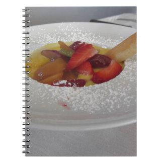 Crema del Zabaglione con la fruta fresca y la Cuaderno