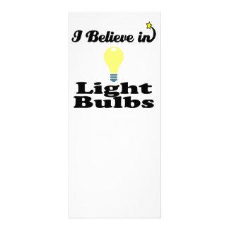 creo en bombillas diseño de tarjeta publicitaria