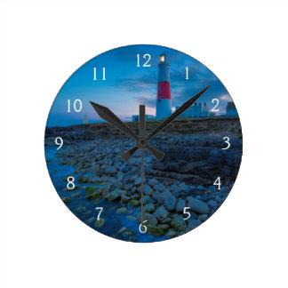 Crepúsculo en el faro de Portland Bill Reloj Redondo Mediano