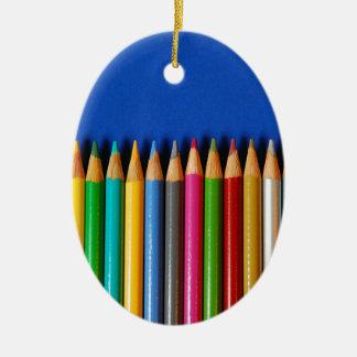 Creyones coloridos del lápiz en fondo azul adorno para reyes
