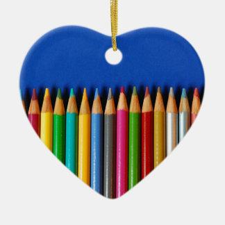 Creyones coloridos del lápiz en fondo azul ornamento de reyes magos