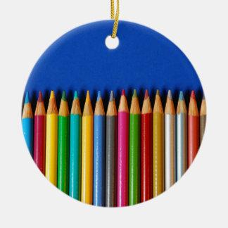 Creyones coloridos del lápiz en fondo azul ornamento para reyes magos
