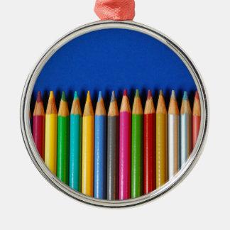 Creyones coloridos del lápiz en fondo azul ornamento de navidad