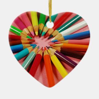 Creyones coloridos del lápiz en un círculo ornamentos de reyes