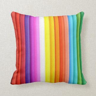 Creyones multicolores del lápiz del color almohada