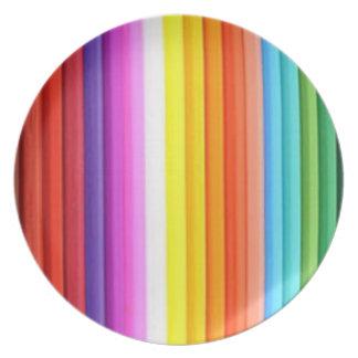 Creyones multicolores del lápiz del color platos para fiestas