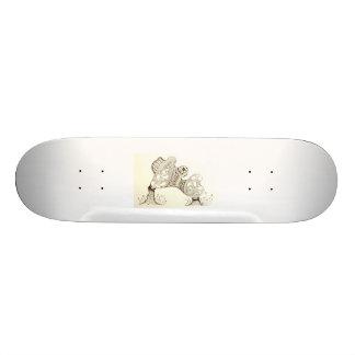 Criatura del arbolado en su tablero tabla de patinar