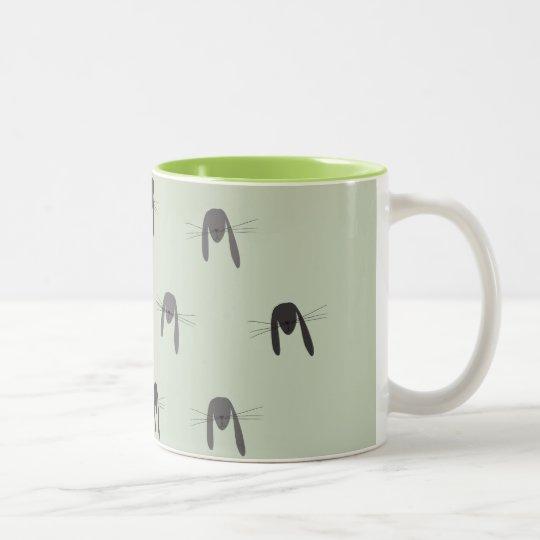 Criatura linda del arbolado del conejo taza de café de dos colores