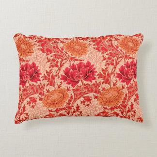 Crisantemos de William Morris, naranja coralino Cojín Decorativo