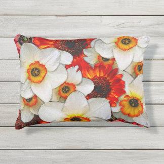 Crisantemos y narcisos de Firey Cojín De Exterior