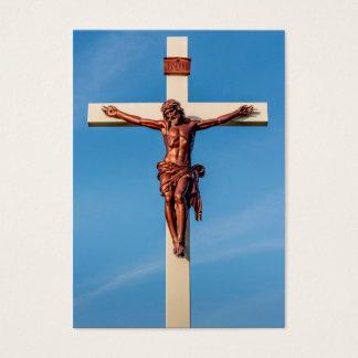 Crucifijo del Jesucristo contra un cielo azul Tarjeta De Negocios