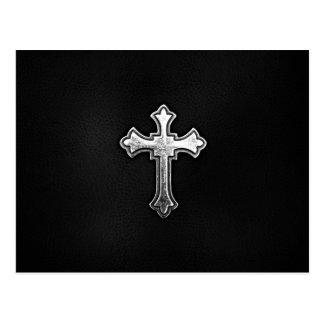 Crucifijo metálico en el cuero negro postal