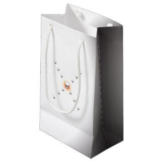 Cruz anaranjada misteriosa del resplandor solar de bolsa de regalo pequeña