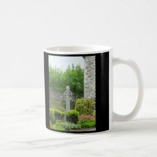 Cruz céltica en cementerio, fe taza de café