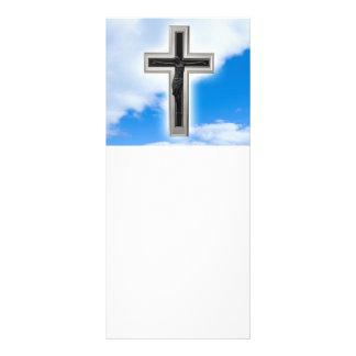Cruz cristiana en el fondo del cielo azul folleto publicitario 10 x 22,8 cm