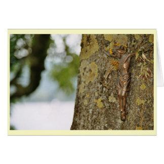 Cruz en la madera tarjetón