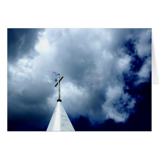 Cruz en la tarjeta de la fotografía del cielo