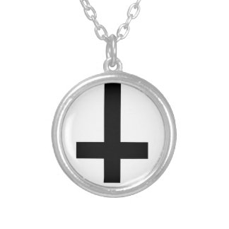 cruz invertida collar plateado