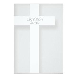 Cruz moderna 1 de la invitación de la ordenación